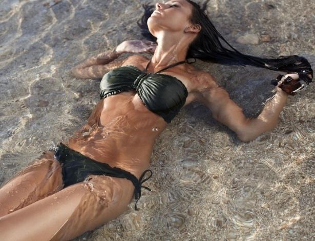 """A atriz inglesa de """"soap opera"""" (o equivalente às novelas brasileiras) Michelle Keegan se envolveu numa polêmica recente, quando fotos que supostamente seriam dos seus seios foram postadas e rapidamente retiradas do seu endereço no Instagram. Segundo Michelle declarou para o tabloide """"The Sun"""", as fotos não eram dela e teriam sido postadas por um amigo que tinha a sua senha."""