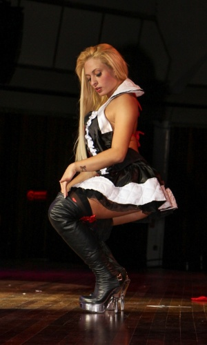 """A modelo e dançarina Jack Kirteen antes da sua performance como """"rainha de copas"""" no primeiro dia da Erótika Fair."""