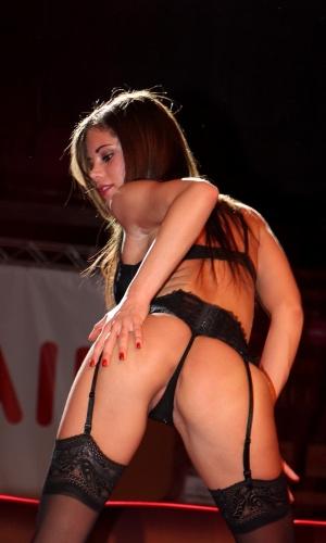 Apresentação da atriz pornô e stripper Little Caprice no primeiro dia da Erótika Fair.