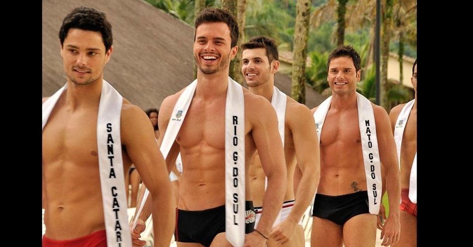 Candidatos desfilam de sunga durante a prova de Beach Hunk do Mister Brasil 2013