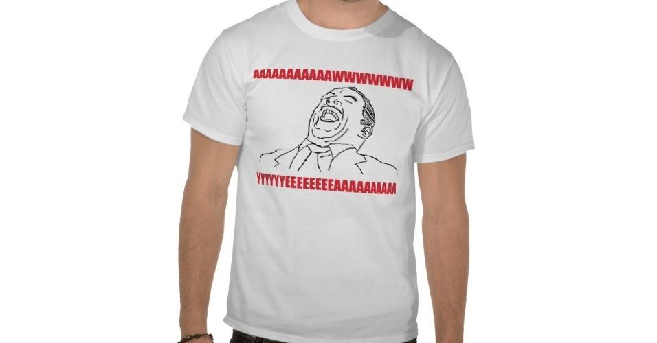 O meme Aww Yea Guy, usado para quando alguma coisa dá muito certo (ou alguém levou vantagem), está nessa camiseta básica. Do Zazzle, R$ 37,85