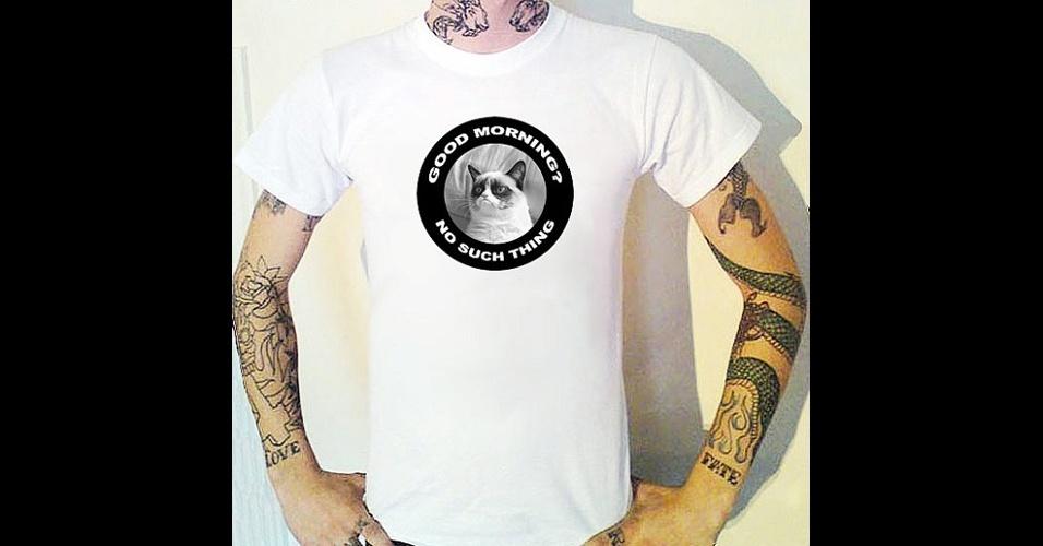 O meme Grumpy Cat, gata que tem essa carinha de mal-humorada, virou tema para essa camiseta do Bugsponge, na loja online Etsy. ''Bom dia? Não existe isso.'' Custa 12,50 libras (cerca de R$ 39)