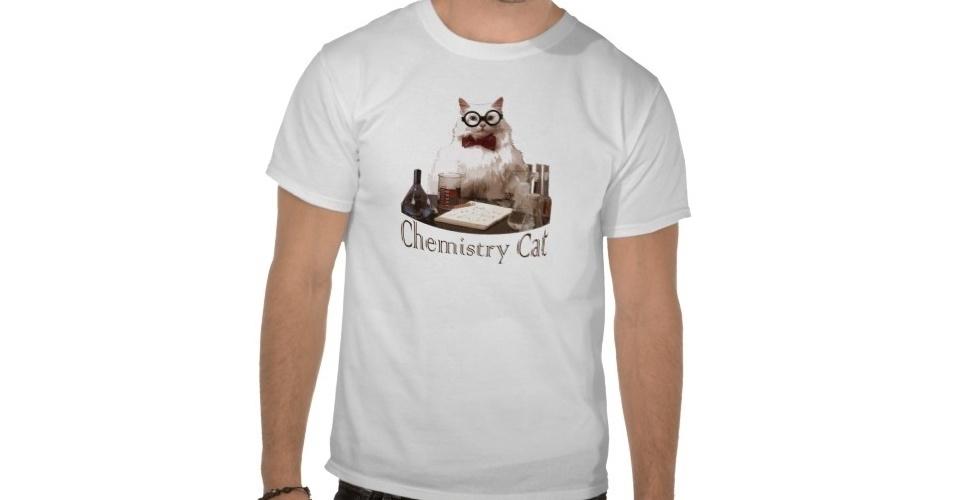 Tem até camiseta com meme Chemistry Cat, usado em piadas com os símbolos de elementos químicos. Do Zazzle, R$ 33,65