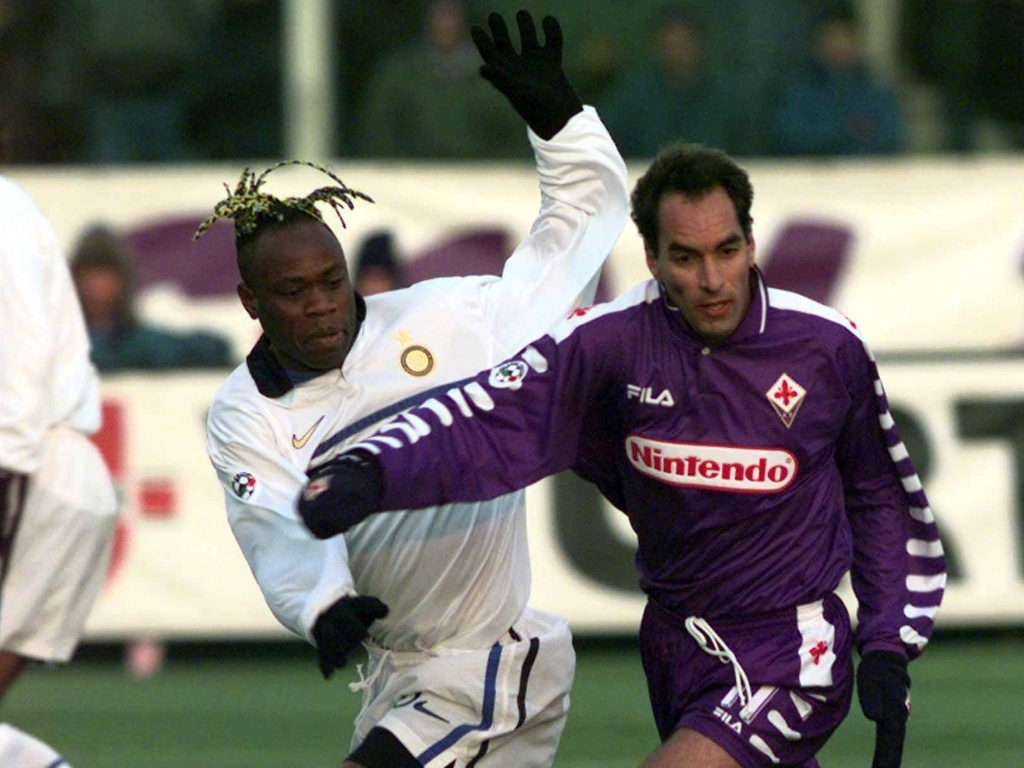 Zagueiro Taribo West (e) disputa a bola com o brasileiro Edmundo em jogo do Campeonato Italiano de 1998
