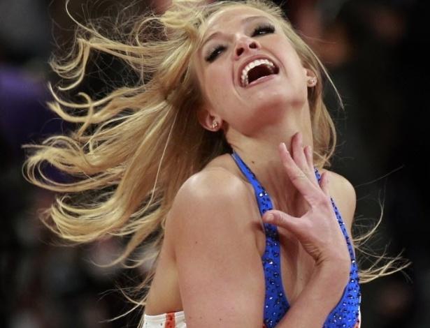 05.abr.2013 - Dançarina do New York Knicks mostra sensualidade durante apresentação em jogo da equipe contra os Bucks