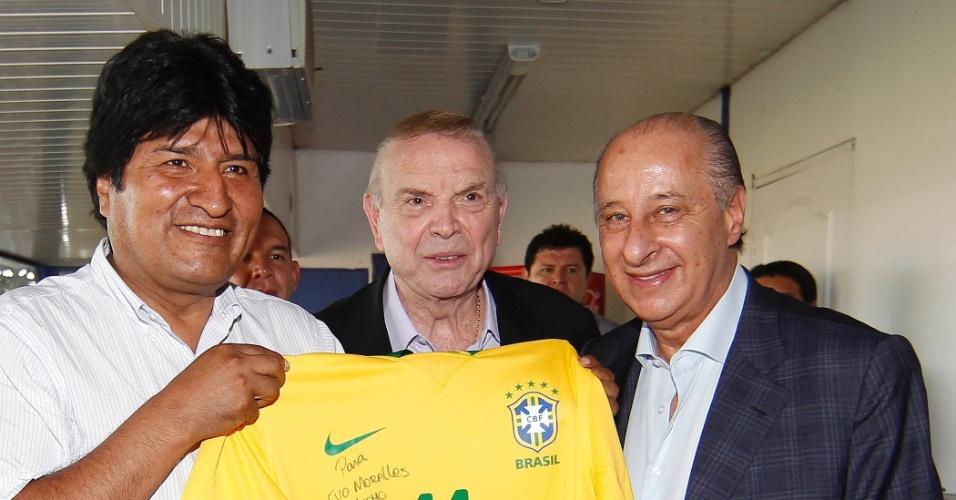 06.abr.2013 - Evo Morales, presidente da Bolívia, posa com camisa da seleção brasileira ao lado de José Maria Marin, presidente da CBF, e o vice Marco Polo Del Nero