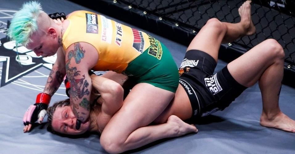 06.abr.2013 - Jasminka Cive tenta a finalização em Bec Hyatt durante luta do Invicta FC 5