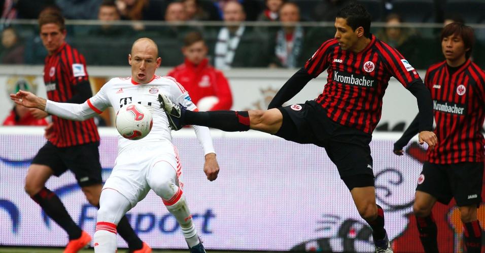 06.abr.2013 - Robben é marcador por Matmour na partida entre Bayern de Munique e Eintracht Frankfurt