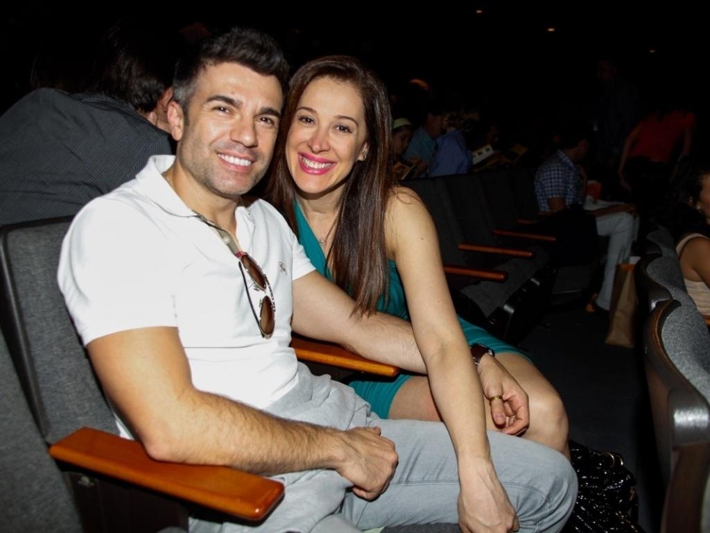 5.abr.2013 - Claudia Raia e o namorado, Jarbas Homem de Melo, vão ao teatro em SP