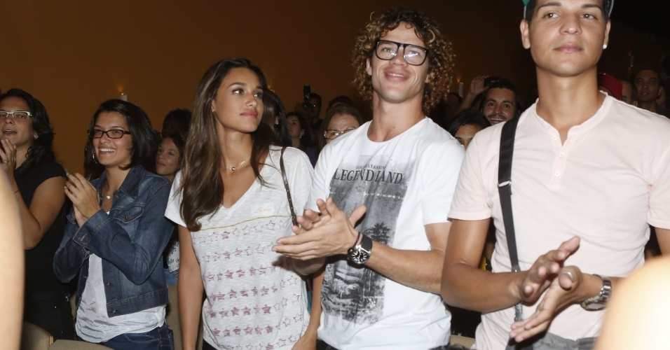 """5.abr.2013 - Débora Nascimento e José Loreto prestigiam a estreia da peça """"Favela"""" no Teatro Fashion Mall, no Rio de Janeiro"""