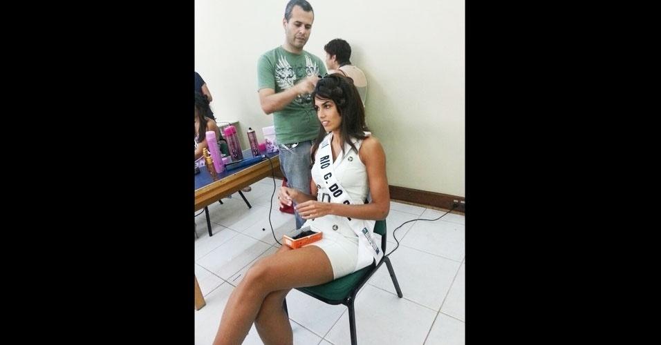 6.abr.2013 - A Miss Rio Grande do Sul, Luciane Escouto, se concentra em seu penteado
