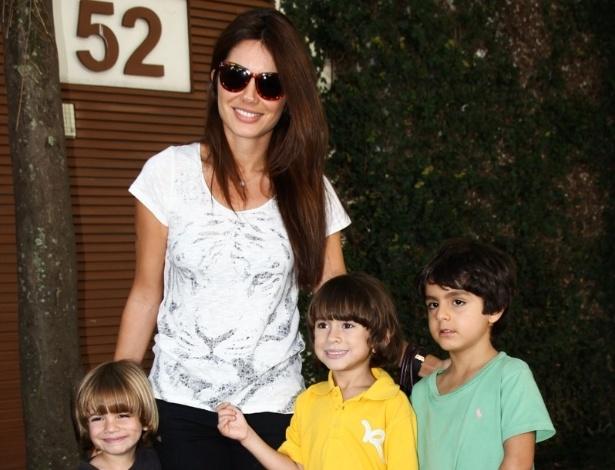 6.abr.2013 - Deborah Sampaio leva os filhos Dani e Beni e um amigo deles ao aniversário de Maria Alice, filha de Ronaldo Fenômeno e Bia Anthony, em São Paulo