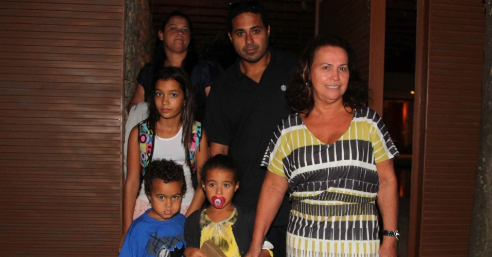 6.abr.2013 - Dona Sônia, mãe de Ronaldo Fenômeno, deixa a festa de aniversário de Maria Alice, filha do ex-jogador Ronaldo e Bia Anthony, em São Paulo