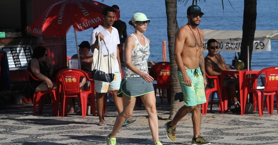 6.abr.2013 - Luana Piovani e o marido, Pedro Scooby, caminham pela orla de Ipanema, na zona sul do Rio