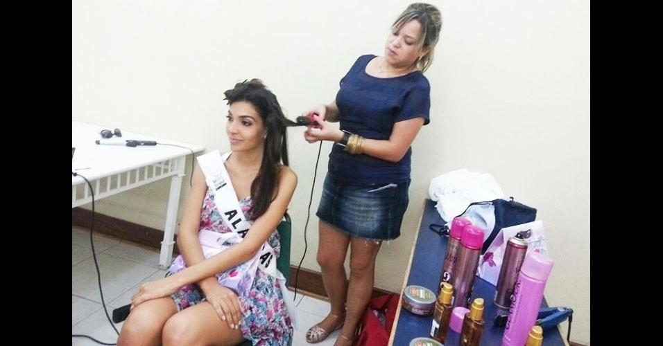 6.abr.2013 - Miss Alagoas se prepara nos bastidores. As candidatas do Miss Brasil World 2013 ficaram a tarde toda de sábado fazendo cabelo e maquiagem para a final do concurso