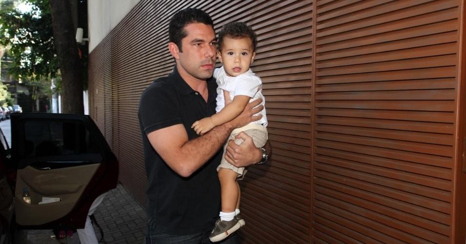 6.abr.2013 - O empresário Marcus Buaiz, marido da cantora Wanessa, leva José Marcus, filho do casal, ao aniversário de Maria Alice, filha de Ronaldo Fenômeno e Bia Anthony, em São Paulo