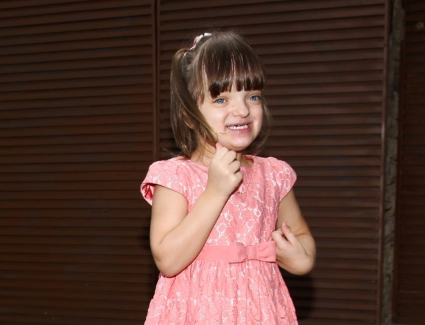 6.abr.2013 - Rafaella Justus, filha de Ticiane Pinheiro e Roberto Justus, posa ao chegar no aniversário de Maria Alice, filha de Ronaldo Fenômeno e Bia Anthony, em São Paulo