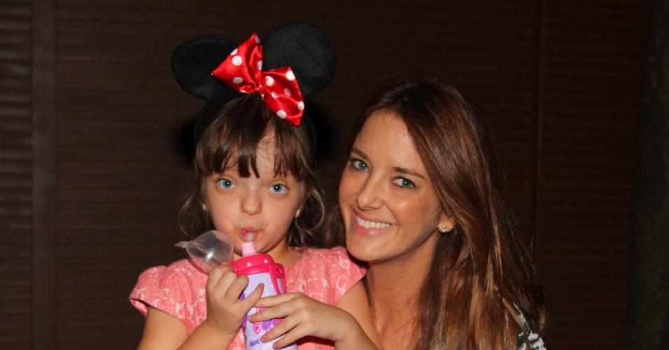 6.abr.2013 - Ticiane Pinheiro e a filha Rafaella Justus deixam a festa de aniversário de Maria Alice, filha de Ronaldo e Bia Anthony, em São Paulo