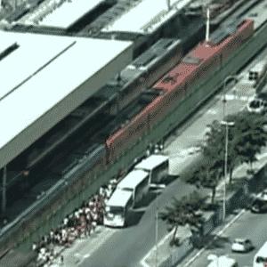 6.abr.2013 - Vista aérea da estação Brás da CPTM, em São Paulo, neste sábado (6). Um princípio de incêndio na estação do Brás da CPTM (Companhia Paulista de Trens Metropolitanos), em São Paulo, interrompeu a circulação de trens em todas as seis linhas da companhia às 13h deste sábado (6). O prédio foi evacuado e os bombeiros controlaram o fogo. Para minimizar o problema, a SPTrans disponibilizou 28 ônibus para usuários das linha 7-Rubi (20 coletivos) e 10-Turquesa (oito veículos) - Reprodução