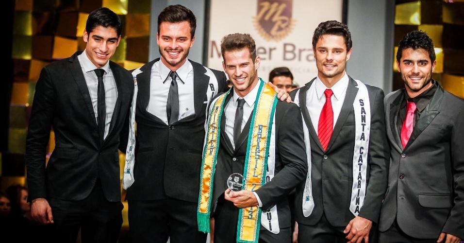 A partir da esq.: o Mister Mundo 2012, o colombiano Francisco Escobar, o terceiro colocado, o Mister Rio Grande do Sul, Jhonatan Marko, o Mister Brasil 2013, Reinaldo Dalcin, e o segundo colocado, Mister Santa Catarina, Diego Novicki
