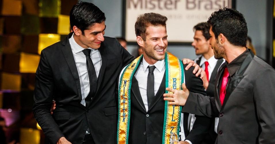 O representante de Ilhas do Delta do Jacuí, Reinaldo Dalcin, recebe os cumprimentos dos colegas após conquistar o título de Mister Brasil 2013