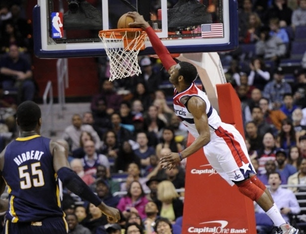 06.abr.2013 - O armador John Wall voa para enterrar durante a vitória do Washington Wizards sobre o Indiana Pacers