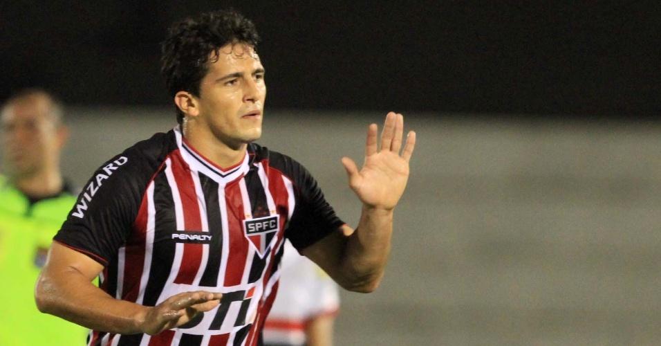 07.abr.2013 - Atacante Aloísio, do São Paulo, comemora após marcar na vitória por 3 a 1 sobre o Botafogo-SP, pelo Campeonato Paulista