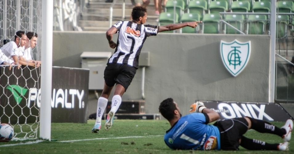 07.abr.2013 - Atacante Jô, do Atlético-MG, comemora após marcar na goleada por 4 a 0 sobre o Boa Esporte, pelo Campeonato Mineiro