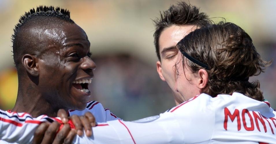 07.abr.2013 - Balotelli comemora com Montolivo o primeiro gol do Milan na partida contra a Fiorentina