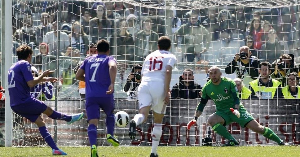 07.abr.2013 - Ljajc converte pênalti para marcar o primeiro gol da Fiorentina no empate contra o Milan, pelo campeonato italiano