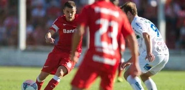 07.abr.2013 - Meia D'Alessandro, do Internacional, em ação durante a derrota por 1 a 0 para o Veranópolis, pelo Campeonato Gaúcho