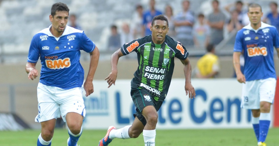 07.abr.2013 - Meia Diego Souza, do Cruzeiro, conduz a bola durante a goleada sobre o América-MG, pelo Campeonato Mineiro