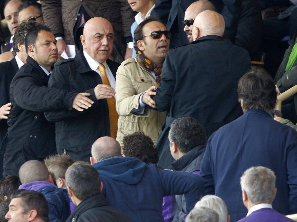 07.abr.2013 - O vice-presidente do Milan Adriano Galliani, de gravata dourada, entra em discussão com torcedores da Fiorentina no duelo entre as equipes em Florença, pelo campeonato italiano