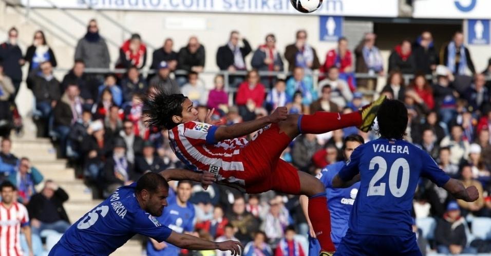 07.abr.2013 - Radamel Falcao tenta bicicleta durante a partida do atlético de Madri contra o Getafe, pelo campeonato espanhol
