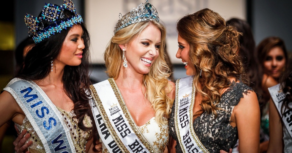 07.abr.2013 - Sancler Frantz, a Miss Brasil World 2013, recebe os cumprimentos da Miss Mundo 2012, a chinesa Wenxia Yu (esq.) e da Miss Brasil World 2012, Mariana Notarangelo