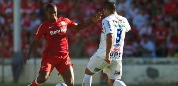 07.abr.2013 - Zagueiro Juan (esq), do Internacional, em ação durante a derrota por 1 a 0 para o Veranópolis, pelo Campeonato Gaúcho