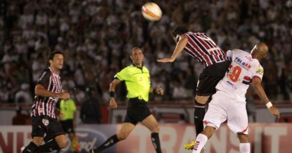 07.abr.2013 - Zagueiro Rhodolfo (4), do São Paulo, afasta o perigo durante a partida contra o Botafogo-SP, pelo Campeonato Paulista