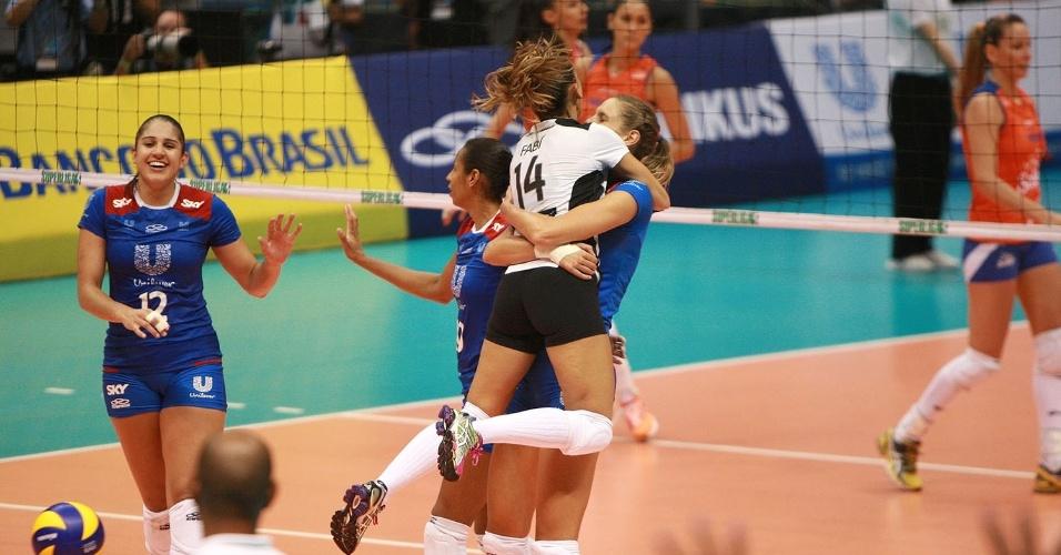 07.abr.2013- Fabi comemora com Sarah Pavan ponto do Unilever sobre o Sollys/Nestlé pela final da Superliga Feminina