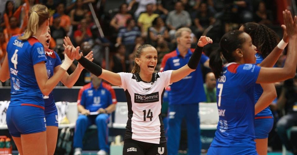 07.abr.2013- Jogadoras do Unilever comemoram após a vitória sobre o Sollys/Nestlé na final da Superliga Feminina