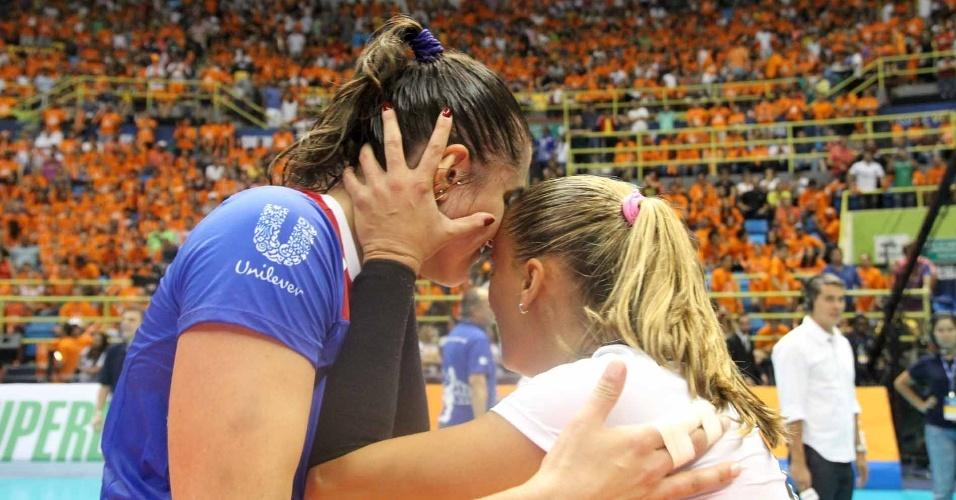 07.abr.2013- Libero Fabi comemora com Natália após a vitória do Unilever sobre o Sollys/Nestlé na final da Superliga Feminina