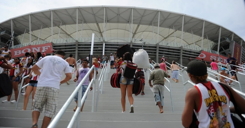 07.abr.2013 - Torcida rubro-negra caminha para a entrada da Arena Fonte Nova, que será inaugurada neste domingo com o clássico Ba-Vi