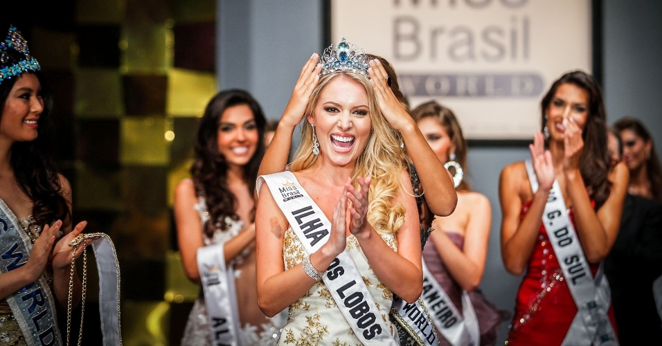6.abr.2013 - Mariana Notarangelo, a Miss Brasil World 2012, coroou a sua sucessora, a representante de Ilha dos Lobos, Sancler Frantz