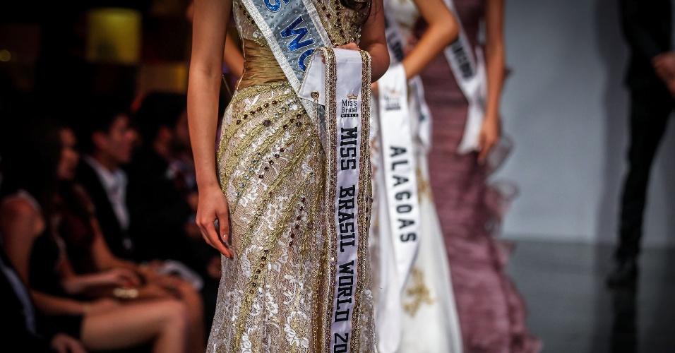 6.abr.2013 - A Miss Mundo 2012, a chinesa Wenxia Yu, voltou ao palco do Miss Brasil World, com a faixa da vencedora em mãos, para ajudar a coroar a sucessora de Mariana Notarangelo