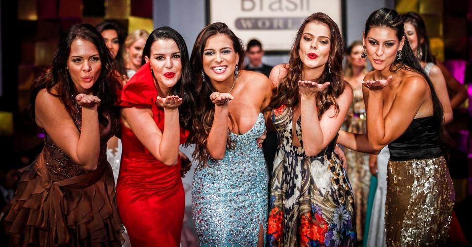 6.abr.2013 - Cinco vencedoras do Miss Brasil World se encontraram na final do Miss Brasil World 2013. São elas as vencedoras de 2006, Jane Borges (à esq.), de 2007, Regiane Andrade (à dir.), 2008, Tamara Almeida (segunda a partir da esq.), 2009, Luciana Bertolini (segunda a partir da dir.), e 2010, a ex-BBB Kamilla Salgado (centro)