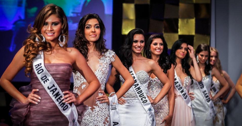 6.abr.2013 - As 16 semifinalistas aguardam o anúncio das seis finalistas da noite