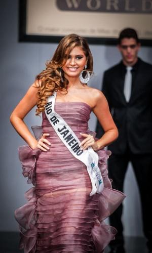 6.abr.2013 - As candidadatas também desfilaram em traje de gala. Na foto, a Miss Rio de Janeiro, que está no TOP 16