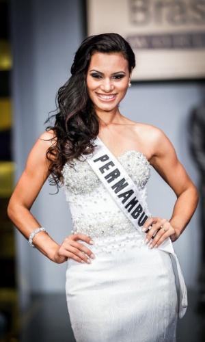 6.abr.2013 - As candidadatas também desfilaram em traje de gala. Na foto, a Miss Pernambuco, que está no TOP 16