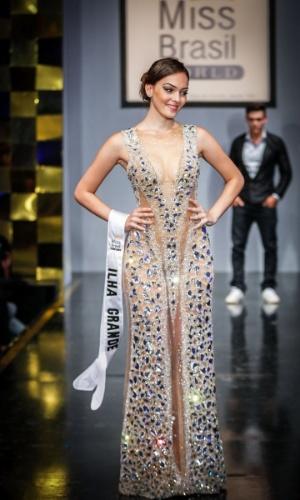6.abr.2013 - As candidadatas também desfilaram em traje de gala. Na foto, a Miss Ilha Grande, que está no TOP 16