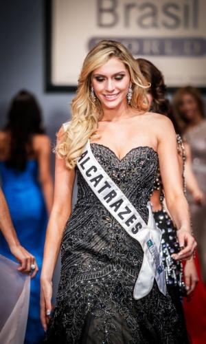 6.abr.2013 - As candidadatas também desfilaram em traje de gala. Na foto, a Miss Alcatrazes