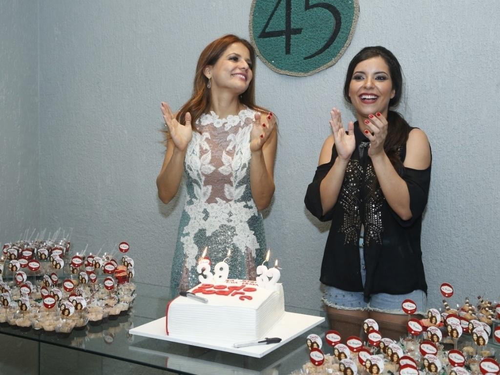 6.abril.2013 - A atriz Nívea Stelmann e a escritora Lua Veiga comemoram juntas o aniversário em casa de festas do Rio de Janeiro